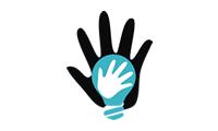 Logo da Associados da Inclusão, com fundo branco uma mão esquerda aberta preenchida pela cor preta, uma imagem de lâmpada centralizada na palma da mão em azul e outra mão esquerda preenchida de branco dentro do bulbo da lâmpada